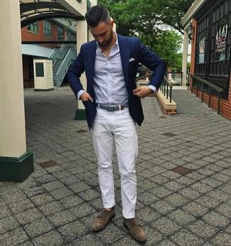 Come indossare e abbinare: blazer blu scuro, camicia a maniche lunghe stampata azzurra, chino bianchi, scarpe double monk in pelle scamosciata marroni