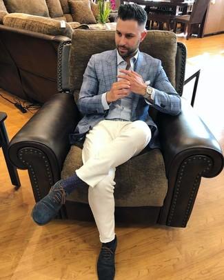 Come indossare e abbinare: blazer scozzese azzurro, camicia a maniche lunghe a righe verticali azzurra, chino bianchi, scarpe oxford in pelle scamosciata blu scuro