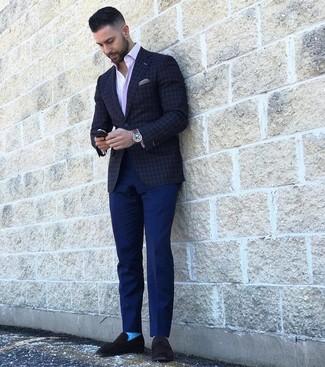 Come indossare e abbinare: blazer a quadri grigio scuro, camicia a maniche lunghe a righe verticali rosa, chino blu scuro, mocassini eleganti in pelle scamosciata neri