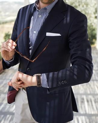 Come indossare e abbinare: blazer blu scuro, camicia a maniche lunghe a quadretti blu scuro e bianca, chino bianchi, fazzoletto da taschino bianco