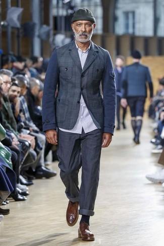 Come indossare e abbinare: blazer scozzese blu scuro, camicia a maniche lunghe a righe verticali azzurra, chino blu scuro, scarpe brogue in pelle marroni