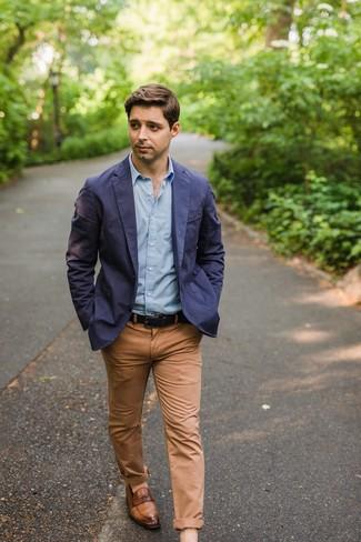 Come indossare e abbinare: blazer di cotone blu scuro, camicia a maniche lunghe azzurra, chino marrone chiaro, mocassini eleganti in pelle marroni
