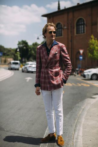 Come indossare e abbinare: blazer scozzese rosso, camicia a maniche lunghe blu scuro, chino bianchi, mocassini con nappine in pelle scamosciata terracotta