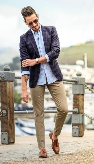 Come indossare e abbinare un orologio in pelle marrone: Abbina un blazer scozzese blu scuro con un orologio in pelle marrone per un look perfetto per il weekend. Mettiti un paio di mocassini con nappine in pelle marroni per mettere in mostra il tuo gusto per le scarpe di alta moda.