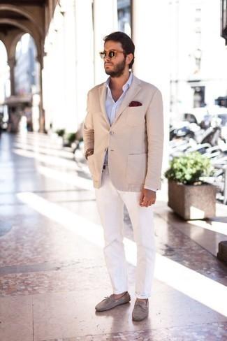 Trend da uomo: Perfeziona il look smart casual con un blazer beige e chino bianchi. Se non vuoi essere troppo formale, scegli un paio di mocassini driving in pelle scamosciata grigi.
