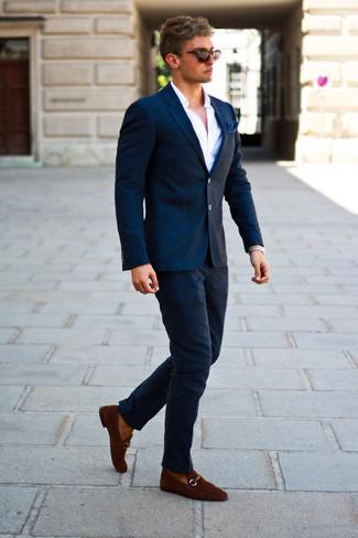 Come indossare e abbinare occhiali da sole marrone scuro: Per un outfit della massima comodità, vestiti con un blazer di lana a quadri blu scuro e occhiali da sole marrone scuro. Indossa un paio di mocassini eleganti in pelle scamosciata marroni per un tocco virile.