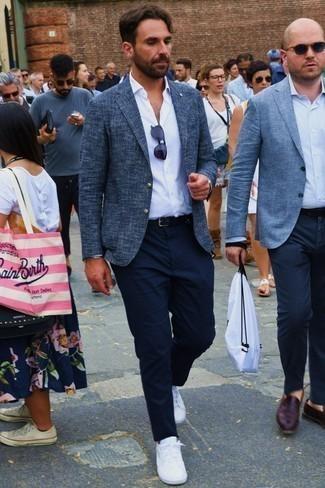 Come indossare e abbinare una camicia a maniche lunghe bianca: Coniuga una camicia a maniche lunghe bianca con chino blu scuro per vestirti casual. Perché non aggiungere un paio di sneakers basse bianche per un tocco più rilassato?