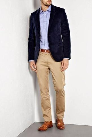 Come indossare e abbinare un blazer di velluto blu scuro: Indossa un blazer di velluto blu scuro con chino marrone chiaro per un look davvero alla moda. Opta per un paio di scarpe brogue in pelle terracotta per dare un tocco classico al completo.