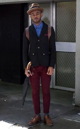 Come indossare e abbinare un blazer nero: Una combinazione smart casual di un blazer nero e chino bordeaux si rivela adatta in molte occasioni diverse. Scegli un paio di scarpe derby in pelle marroni come calzature per dare un tocco classico al completo.