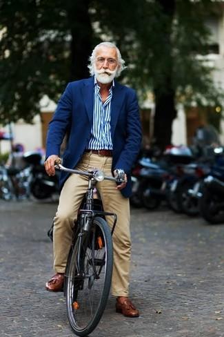 L'abbinamento di un blazer blu scuro con pantaloni chino marrone chiaro è una scelta perfetta per una giornata in ufficio. Ti senti creativo? Completa il tuo outfit con un paio di mocassini con nappe in pelle marroni.