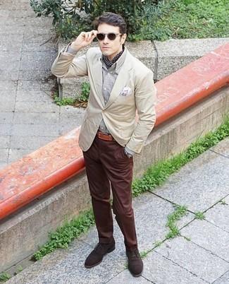 Come indossare e abbinare un blazer beige: Indossa un blazer beige e chino marroni per un look davvero alla moda. Sfodera il gusto per le calzature di lusso e prova con un paio di scarpe oxford in pelle scamosciata marrone scuro.