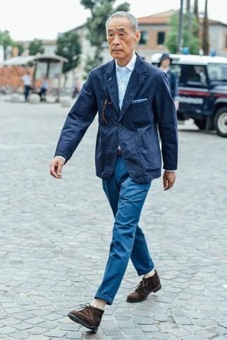 Trend da uomo 2020: Scegli un outfit composto da un blazer blu scuro e chino blu se preferisci uno stile ordinato e alla moda. Ispirati all'eleganza di Luca Argentero e completa il tuo look con un paio di chukka in pelle scamosciata marrone scuro.