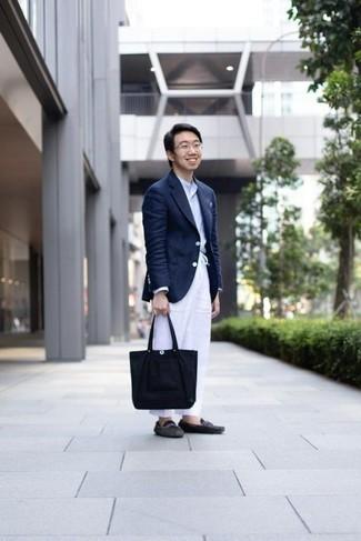Come indossare e abbinare una borsa shopping di tela blu scuro: Indossa un blazer blu scuro con una borsa shopping di tela blu scuro per un outfit rilassato ma alla moda. Scegli un paio di mocassini driving in pelle scamosciata grigio scuro per un tocco virile.