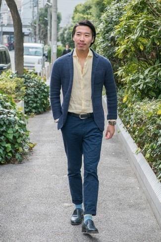 Come indossare e abbinare un blazer lavorato a maglia blu scuro: Potresti abbinare un blazer lavorato a maglia blu scuro con chino blu scuro se preferisci uno stile ordinato e alla moda. Mettiti un paio di mocassini eleganti in pelle blu scuro per mettere in mostra il tuo gusto per le scarpe di alta moda.