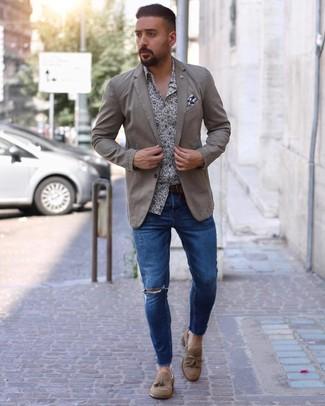 Come indossare e abbinare: blazer beige, camicia a maniche lunghe a fiori bianca e blu scuro, jeans aderenti strappati blu, mocassini con nappine in pelle scamosciata marrone chiaro