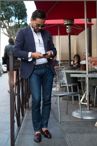 Look alla moda per uomo: Blazer blu scuro, Camicia a maniche lunghe bianca, Jeans blu scuro, Mocassini eleganti in pelle bordeaux