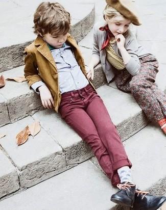 Come indossare: blazer senape, camicia a maniche lunghe grigia, jeans bordeaux, chukka nere