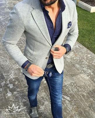 Mostra il tuo stile in un blazer lavorato a maglia grigio con jeans blu scuro per un look semplice, da indossare ogni giorno. Perché non aggiungere un paio di scarpe con due fibbie in pelle grigie per un tocco di stile in più?