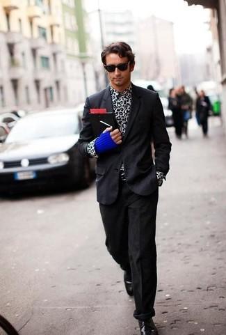 Come indossare e abbinare guanti di lana blu scuro: Combina un blazer nero con guanti di lana blu scuro per un look comfy-casual. Indossa un paio di scarpe derby in pelle nere per un tocco virile.