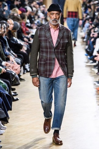 Come indossare: blazer di lana a quadri bordeaux, camicia a maniche lunghe rosa, jeans blu, scarpe brogue in pelle marroni