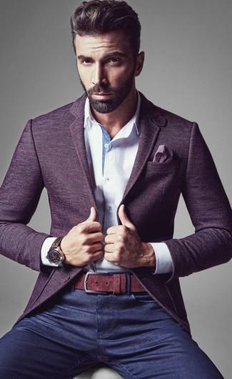 Indossa un blazer di lana viola con jeans blu scuro per un drink dopo il lavoro.