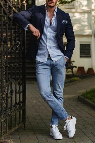 Come indossare: blazer blu scuro, camicia a maniche lunghe a righe verticali azzurra, jeans azzurri, sneakers basse in pelle bianche