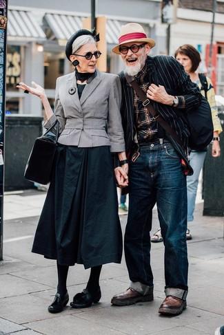 Come indossare e abbinare: blazer a righe verticali nero e bianco, camicia a maniche lunghe scozzese nera, jeans blu scuro, stivaletti brogue in pelle marroni