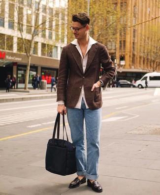 Come indossare e abbinare: blazer di lana marrone scuro, camicia a maniche lunghe bianca, jeans azzurri, mocassini eleganti in pelle marrone scuro