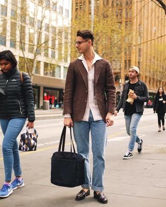 Come indossare e abbinare: blazer di lana marrone, camicia a maniche lunghe di lino bianca, jeans azzurri, mocassini eleganti in pelle marrone scuro