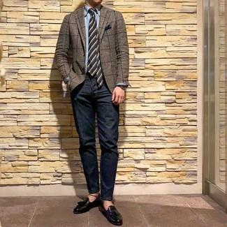 Come indossare e abbinare: blazer a quadri marrone, camicia a maniche lunghe in chambray azzurra, jeans blu scuro, mocassini con nappine in pelle neri