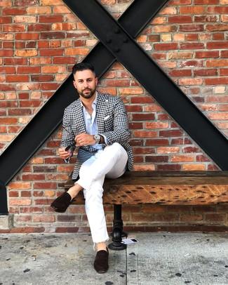Come indossare e abbinare: blazer a quadretti nero e bianco, camicia a maniche lunghe azzurra, jeans bianchi, mocassini eleganti in pelle scamosciata marrone scuro