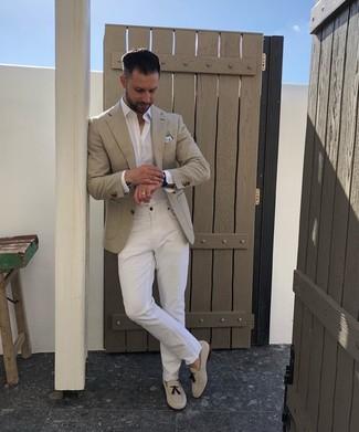 Come indossare e abbinare: blazer beige, camicia a maniche lunghe bianca, jeans bianchi, mocassini con nappine in pelle scamosciata beige