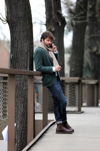 Come indossare e abbinare: blazer lavorato a maglia verde scuro, camicia a maniche lunghe bianca, jeans blu scuro, stivali chelsea in pelle marrone scuro