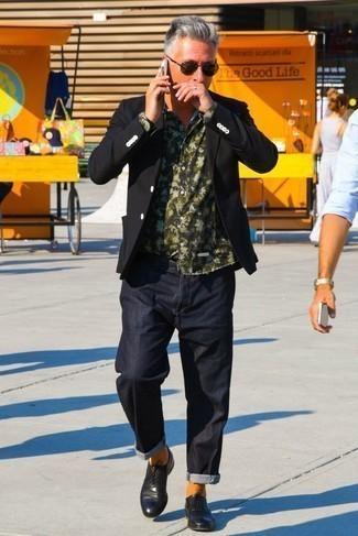Come indossare e abbinare scarpe oxford in pelle nere: Prova a combinare un blazer nero con jeans blu scuro per un drink dopo il lavoro. Opta per un paio di scarpe oxford in pelle nere per dare un tocco classico al completo.