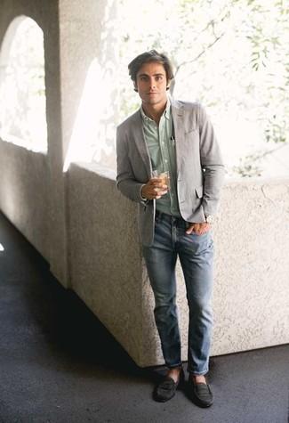 Come indossare e abbinare mocassini eleganti in pelle scamosciata neri: Metti un blazer grigio e jeans azzurri per un drink dopo il lavoro. Scegli uno stile classico per le calzature e opta per un paio di mocassini eleganti in pelle scamosciata neri.