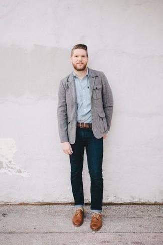 Come indossare e abbinare una cintura in pelle marrone: Per un outfit della massima comodità, prova a combinare un blazer grigio con una cintura in pelle marrone. Sfodera il gusto per le calzature di lusso e indossa un paio di scarpe brogue in pelle marrone chiaro.