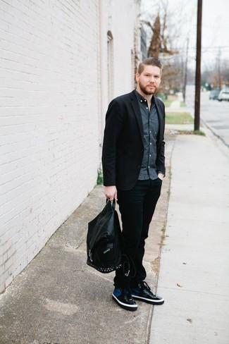 Come indossare e abbinare jeans neri: Potresti indossare un blazer nero e jeans neri per un look elegante ma non troppo appariscente. Per un look più rilassato, opta per un paio di sneakers alte di tela blu scuro.
