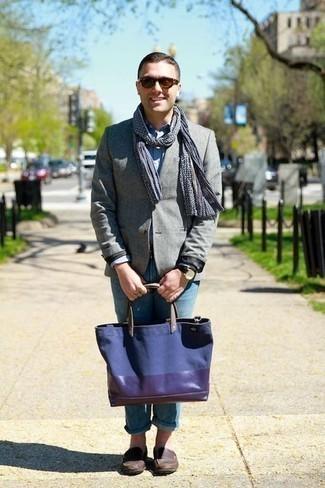 Come indossare e abbinare una borsa shopping di tela blu scuro: Indossa un blazer grigio con una borsa shopping di tela blu scuro per un look perfetto per il weekend. Un paio di mocassini eleganti in pelle marrone scuro darà un tocco di forza e virilità a ogni completo.