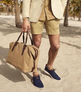 Come indossare e abbinare: blazer beige, camicia a maniche lunghe marrone chiaro, pantaloncini marrone chiaro, scarpe oxford di tela blu scuro