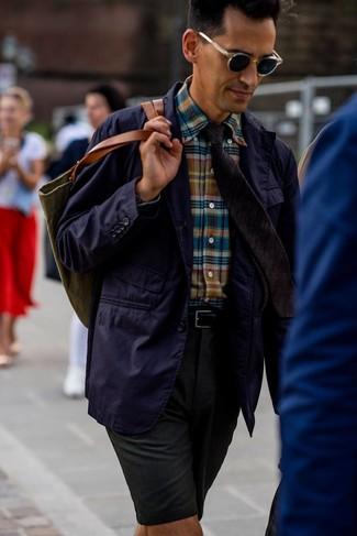 Come indossare e abbinare: blazer di cotone viola, camicia a maniche lunghe scozzese multicolore, pantaloncini verde scuro, borsa shopping di tela verde oliva