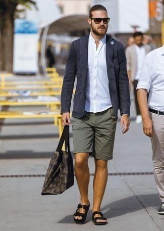 Come indossare e abbinare pantaloncini verde oliva: Potresti abbinare un blazer blu scuro con pantaloncini verde oliva per un look davvero alla moda. Scegli un paio di sandali in pelle neri per avere un aspetto più rilassato.
