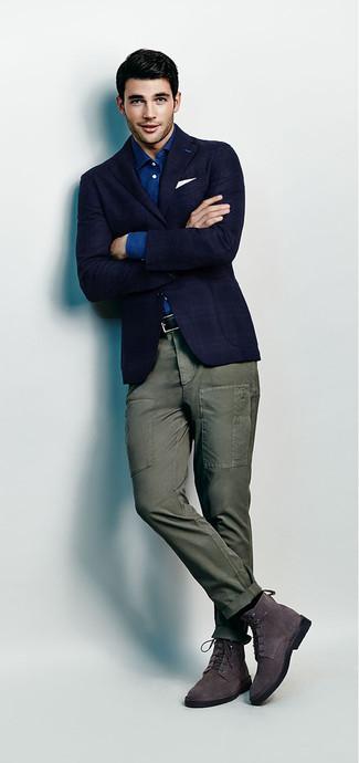 Come indossare e abbinare: blazer scozzese blu scuro, camicia a maniche lunghe in chambray blu, pantaloni cargo verde oliva, stivali eleganti in pelle scamosciata grigio scuro