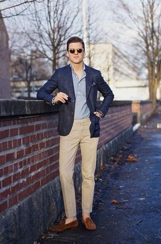 Potresti indossare un blazer scozzese blu scuro di Ermenegildo Zegna e pantaloni eleganti marrone chiaro per una silhouette classica e raffinata Se non vuoi essere troppo formale, prova con un paio di mocassini eleganti in pelle scamosciata marroni.