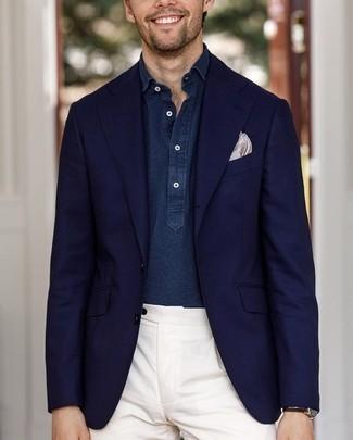 Come indossare e abbinare: blazer blu scuro, camicia a maniche lunghe in chambray blu scuro, pantaloni eleganti bianchi, fazzoletto da taschino stampato beige