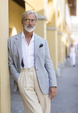 Come indossare e abbinare: blazer scozzese grigio, camicia a maniche lunghe bianca, pantaloni eleganti beige, fazzoletto da taschino stampato verde scuro