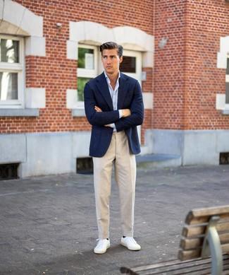 Come indossare e abbinare: blazer di lana blu scuro, camicia a maniche lunghe azzurra, pantaloni eleganti di lino beige, sneakers basse bianche