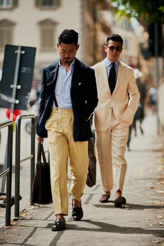Come indossare e abbinare: blazer blu scuro, camicia a maniche lunghe a righe verticali azzurra, pantaloni eleganti marrone chiaro, mocassini con nappine in pelle marrone scuro