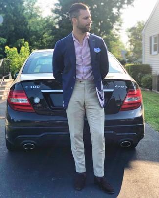 Come indossare e abbinare: blazer blu scuro, camicia a maniche lunghe a righe verticali bianca e rossa, pantaloni eleganti di lino beige, mocassini eleganti in pelle scamosciata marrone scuro