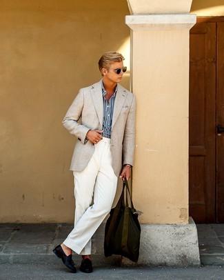 Come indossare e abbinare pantaloni eleganti bianchi: Opta per un blazer beige e pantaloni eleganti bianchi come un vero gentiluomo. Mocassini con nappine in pelle blu scuro sono una validissima scelta per completare il look.