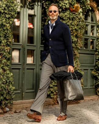 Come indossare e abbinare: blazer lavorato a maglia blu scuro, camicia a maniche lunghe bianca, pantaloni eleganti grigi, mocassini eleganti in pelle scamosciata marroni